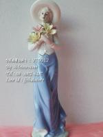 ตุ๊กตาพอร์ซเลนรูปหญิงสาวสวมหมวก กำลังถือดอกไม้ รหัสสินค้า VT0012