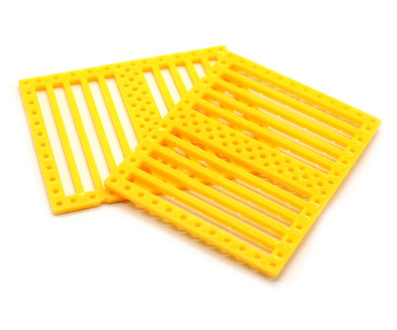 แผ่นพลาสติกเจาะรู สีเหลือง 75*60*2.5mm