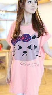 เสื้อยืดสีชมพู คอกลม แขนสั้น ตัวยาวคลุมสะโพก สกีนหน้าแมว