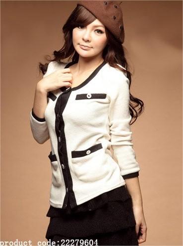 เสื้อคลุม สีขาว แต่งกุ๊นสีดำและกระเป๋าเก๋ไก๋