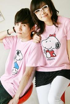 เสื้อยืดคู่รัก สีชมพู สกรีนลาย Snoopy น่ารัก (ราคาขายเป็นคู่ค่ะ)