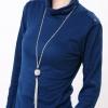 เสื้อคอเต่า สีน้ำเงินเข้ม แต่งกระดุมที่บ่าและปลายแขน