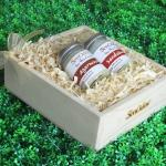 SenOdos ชุดของขวัญ ชุดกิ๊ฟเซ็ท Gift Set เทียนหอมอโรม่า กลิ่นไม้หอม Luxurious Woodsy Set 45g x2กลิ่น (กลิ่นไม้กฤษณา, กลิ่นไม้หอมแก่นจันทร์) บรรจุในกล่องไม้สน รูปทรงเหลี่ยม สวยงาม คุณภาพดี นำเข้าจากนิวซีแลนด์