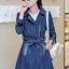 [พร้อมส่ง] เสื้อแจ็คเก็ตยีนส์ไสตล์เกาหลี ชุดเดรสยีนส์สุดเก๋ ดีเทลผ้ายีนส์เนื้อหนา ทรงหลวม คอปก ติดซิปหน้าผูกโบที่เอว แขนยาว ทรงสวยใส่สบาย รหัส K1F18 thumbnail 1