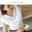 [พร้อมส่ง] เสื้อผ้าชีฟองสีขาวคอวี ปักฉลุลายลูกไม้และจับจีบระบายช่วงคอและหลัง thumbnail 3