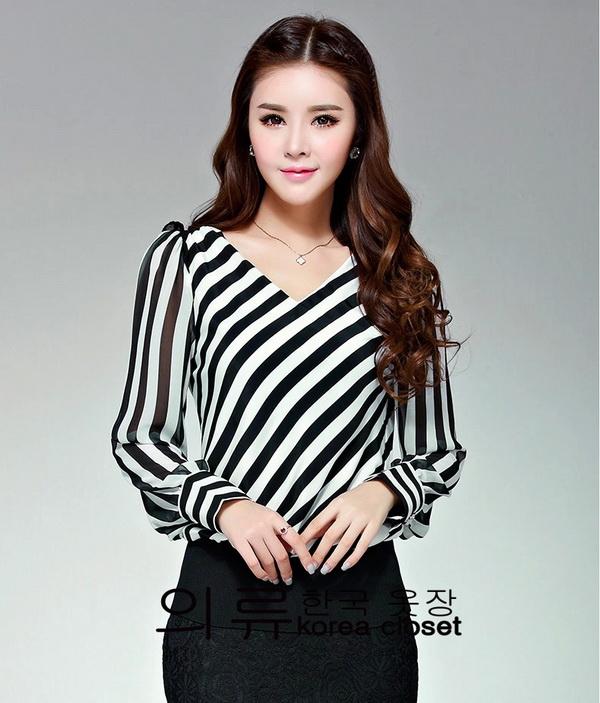 [พร้อมส่ง] เสื้อชีฟองลายทแยงสีขาวดำผ้าดี งานเย็บเรียบร้อย รหัส B81