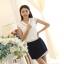 [พร้อมส่ง] เสื้อผ้าชีฟองสีขาวคอวี ปักฉลุลายลูกไม้และจับจีบระบายช่วงคอและหลัง thumbnail 1