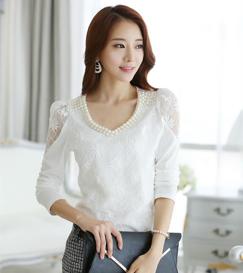 [พร้อมส่ง]เสื้อลูกไม้สีขาว แฟชั่นเกาหลี แต่งลายลูกไม้ด้านหน้า ปักมุกที่คอ ช่วงไหล่แต่งลูกไม้บาง สวยเหมือนแบบค่ะ รหัสB13