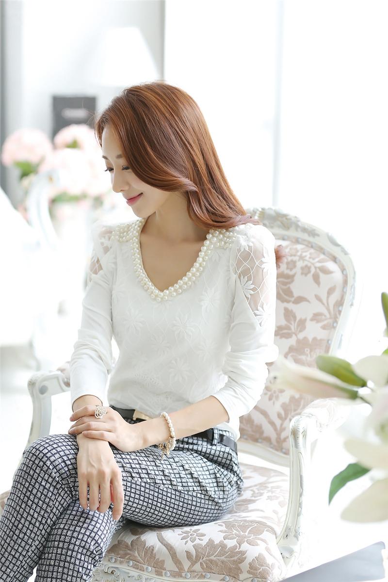 [พร้อมส่ง]เสื้อลูกไม้สีขาว แต่งลายลูกไม้ด้านหน้า ปักมุกที่คอ ช่วงไหล่แต่งลูกไม้บาง สวยเหมือนแบบค่ะ